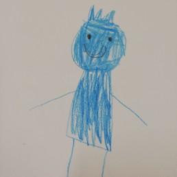 Lapsen piirtämä sininen, kruunupäinen hahmo.