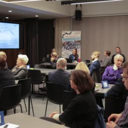 Ihmisiä istumassa työpajassa kuuntelemassa esitystä liikenteen kehittymisestä maakunnassa.