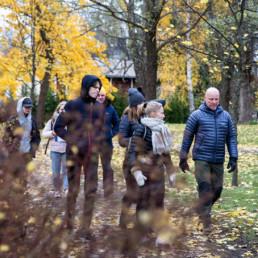Nuoria ja päättäjiä kävelemässä ja keskustelemassa syksyisessä puistossa Salossa.