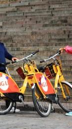Kaksi kokeilijaa ja kaupunkipyörää Turun tuomiokirkon portaiden edessä.