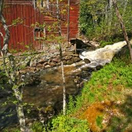 Mommolanjoen Mommolankoski, punainen vanha myllyrakennus