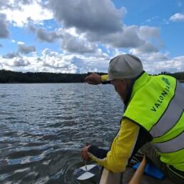 Vesiasiatuntija Jarkko Leka mittaa veden näkösyvyyttä soutuveneestä käsin